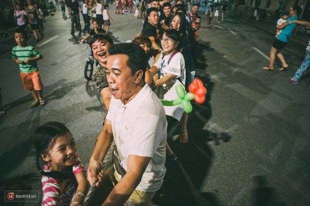 Gặp gỡ nhóm bạn trẻ mang trò chơi dân gian đến giữa lòng phố đi bộ ở Hà Nội - Ảnh 13.
