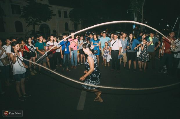 Gặp gỡ nhóm bạn trẻ mang trò chơi dân gian đến giữa lòng phố đi bộ ở Hà Nội - Ảnh 5.