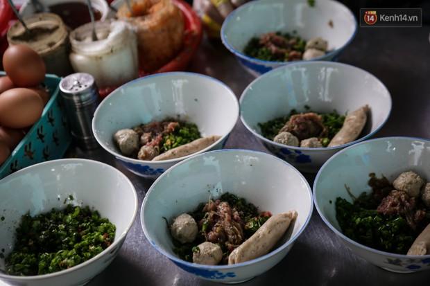 Có gì đặc biệt trong tô mì tôm muối ớt giá hơn 50.000 đồng vẫn hút khách ở Sài Gòn? - Ảnh 6.