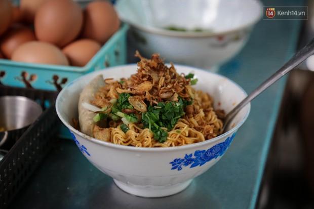 Có gì đặc biệt trong tô mì tôm muối ớt giá hơn 50.000 đồng vẫn hút khách ở Sài Gòn? - Ảnh 8.