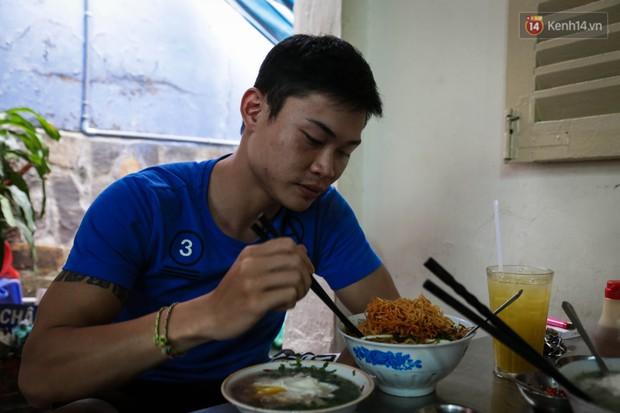 Có gì đặc biệt trong tô mì tôm muối ớt giá hơn 50.000 đồng vẫn hút khách ở Sài Gòn? - Ảnh 10.