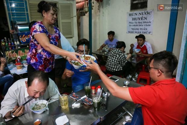 Có gì đặc biệt trong tô mì tôm muối ớt giá hơn 50.000 đồng vẫn hút khách ở Sài Gòn? - Ảnh 2.