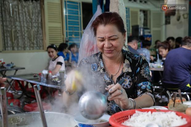 Có gì đặc biệt trong tô mì tôm muối ớt giá hơn 50.000 đồng vẫn hút khách ở Sài Gòn? - Ảnh 3.