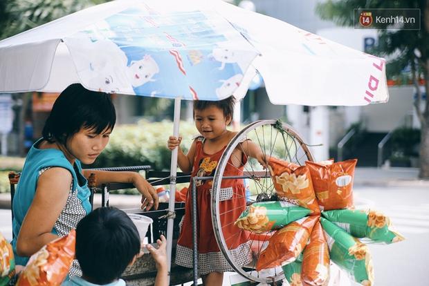 3 đứa trẻ trên chiếc xe hàng rong cùng mẹ mưu sinh khắp đường phố Sài Gòn - Ảnh 11.