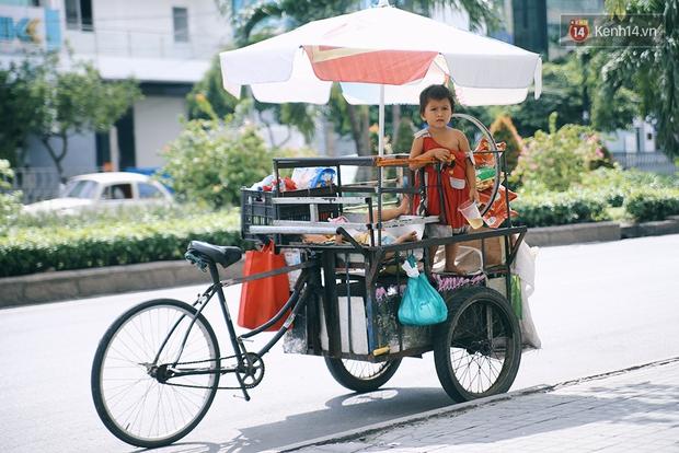 3 đứa trẻ trên chiếc xe hàng rong cùng mẹ mưu sinh khắp đường phố Sài Gòn - Ảnh 14.