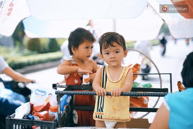 3 đứa trẻ trên chiếc xe hàng rong cùng mẹ mưu sinh khắp đường phố Sài Gòn - Ảnh 7.