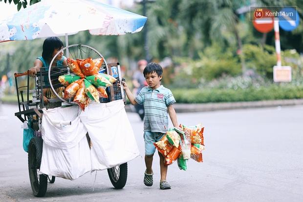 3 đứa trẻ trên chiếc xe hàng rong cùng mẹ mưu sinh khắp đường phố Sài Gòn - Ảnh 10.