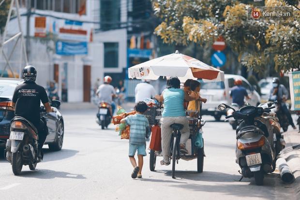 3 đứa trẻ trên chiếc xe hàng rong cùng mẹ mưu sinh khắp đường phố Sài Gòn - Ảnh 16.