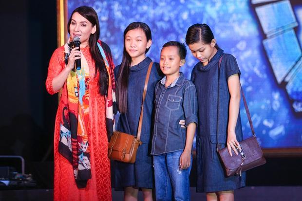 Quán quân Idol Kids Hồ Văn Cường theo chân ủng hộ mẹ nuôi Phi Nhung - Ảnh 3.