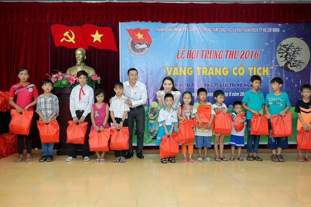 Hồ Ngọc Hà ngồi phà, vượt đường xa để trao quà trung thu cho trẻ em Cần Thơ - Ảnh 8.