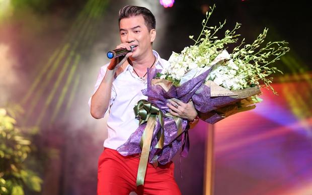 Quán quân Idol Kids Hồ Văn Cường theo chân ủng hộ mẹ nuôi Phi Nhung - Ảnh 1.