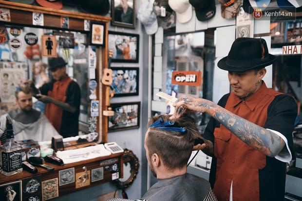 Khám phá tiệm cắt tóc chất chơi nhất Sài Gòn của những chàng barber xăm trổ đầy mình - Ảnh 4.