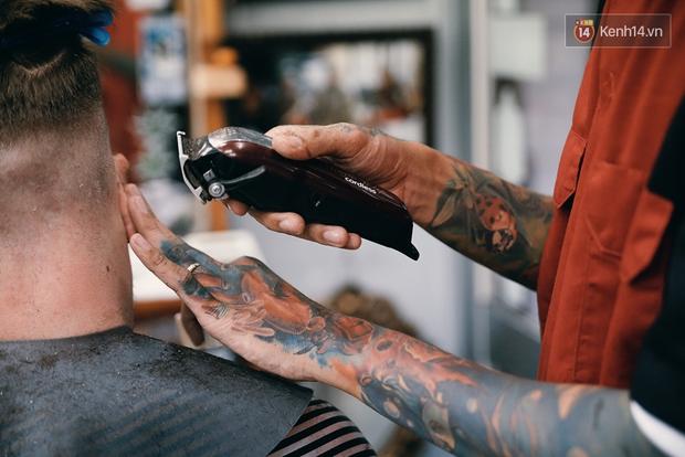 Khám phá tiệm cắt tóc chất chơi nhất Sài Gòn của những chàng barber xăm trổ đầy mình - Ảnh 7.