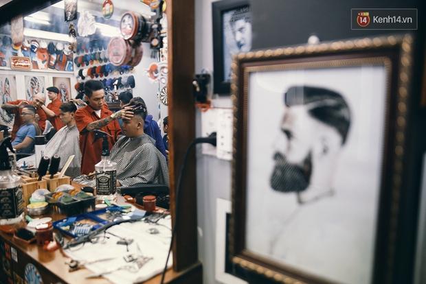 Khám phá tiệm cắt tóc chất chơi nhất Sài Gòn của những chàng barber xăm trổ đầy mình - Ảnh 10.