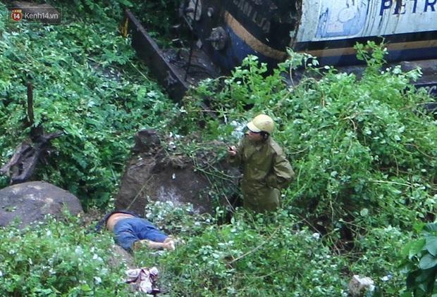 Xe chở nhựa đường lao xuống vực trên đèo Hải Vân, 2 người thương vong - Ảnh 2.