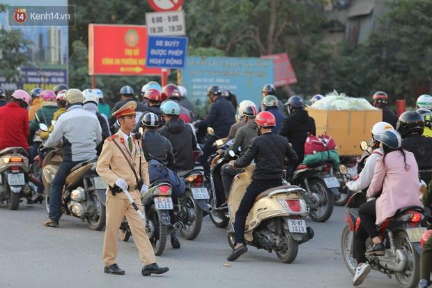 Chùm ảnh: Người dân ùn ùn đổ về quê nghỉ lễ, đường phố Hà Nội tắc nghẽn kéo dài - Ảnh 6.