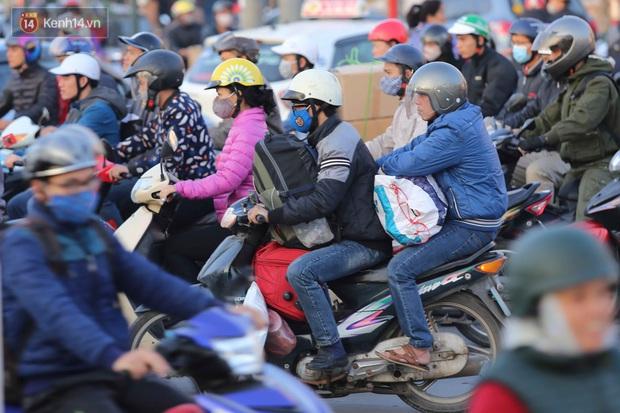 Chùm ảnh: Người dân ùn ùn đổ về quê nghỉ lễ, đường phố Hà Nội tắc nghẽn kéo dài - Ảnh 7.