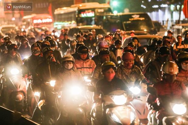 Chùm ảnh: Người dân ùn ùn đổ về quê nghỉ lễ, đường phố Hà Nội tắc nghẽn kéo dài - Ảnh 11.