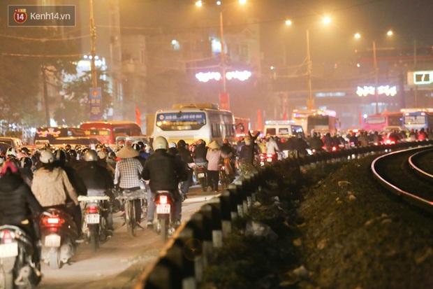 Chùm ảnh: Người dân ùn ùn đổ về quê nghỉ lễ, đường phố Hà Nội tắc nghẽn kéo dài - Ảnh 12.