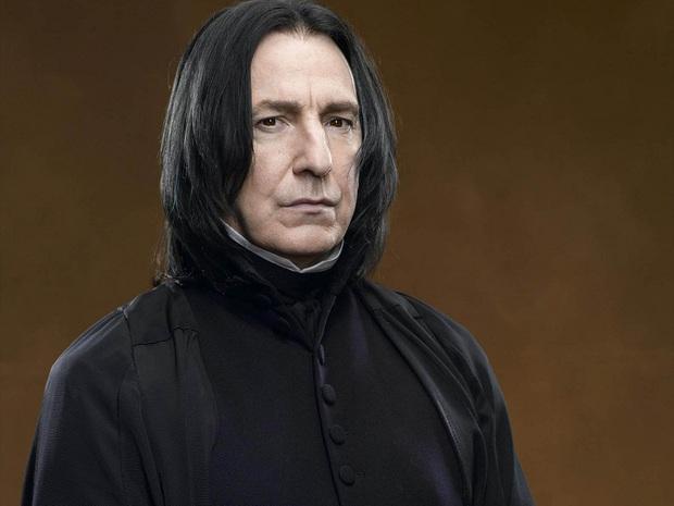 Fan Harry Potter đồng loạt giơ cao đũa phép tưởng niệm sự ra đi của Giáo sư Snape - Ảnh 1.
