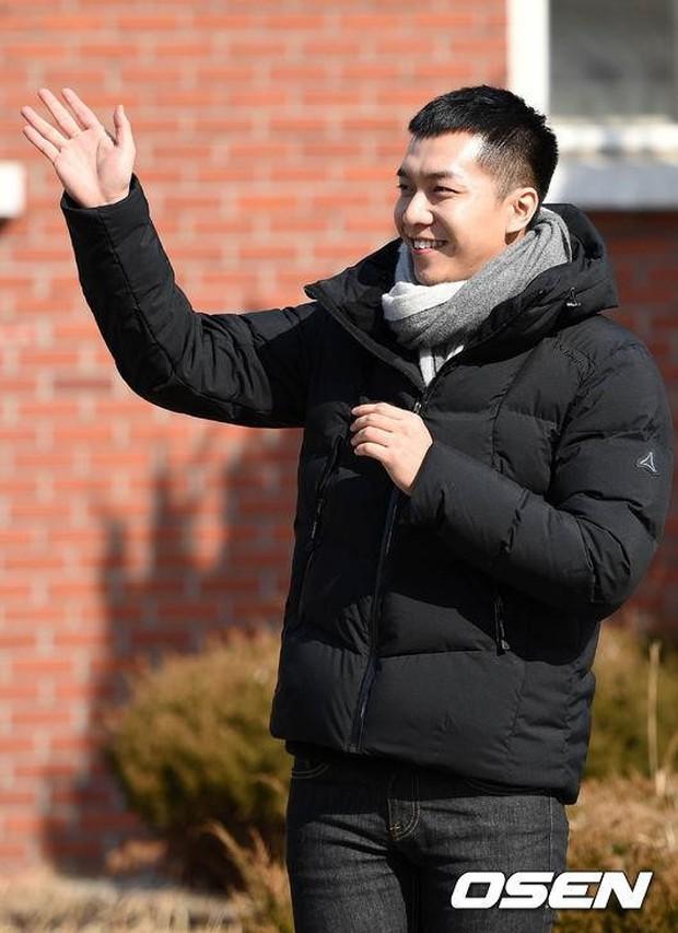 Chàng rể quốc dân Lee Seung Gi tiếp bước loạt thần tượng nhập ngũ muộn của Kpop - Ảnh 7.