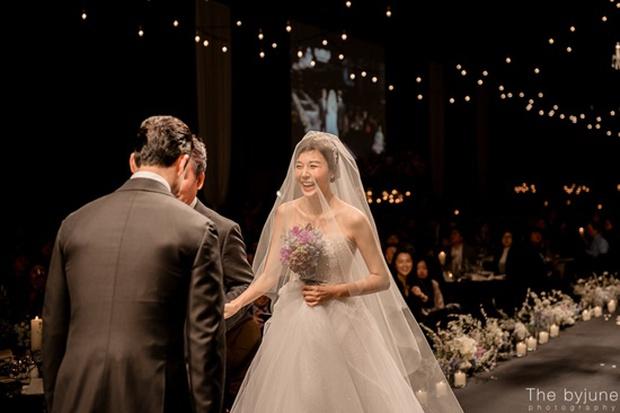 Ngắm loạt ảnh cô dâu Kim Ha Neul đẹp lung linh trong ngày cưới - Ảnh 2.