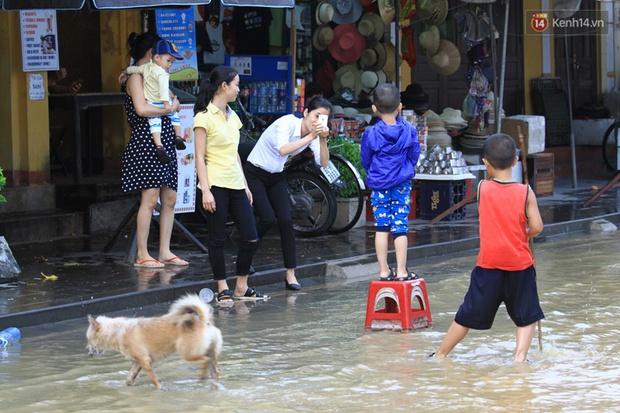 Hội An: Khách Tây thích thú lội nước, người dân lo lắng lũ về trong đêm - Ảnh 13.