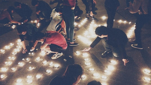 Bạn trẻ Hà Nội thắp nến giữa công viên, cùng hát nhạc Bức Tường để tưởng nhớ Trần Lập - Ảnh 3.