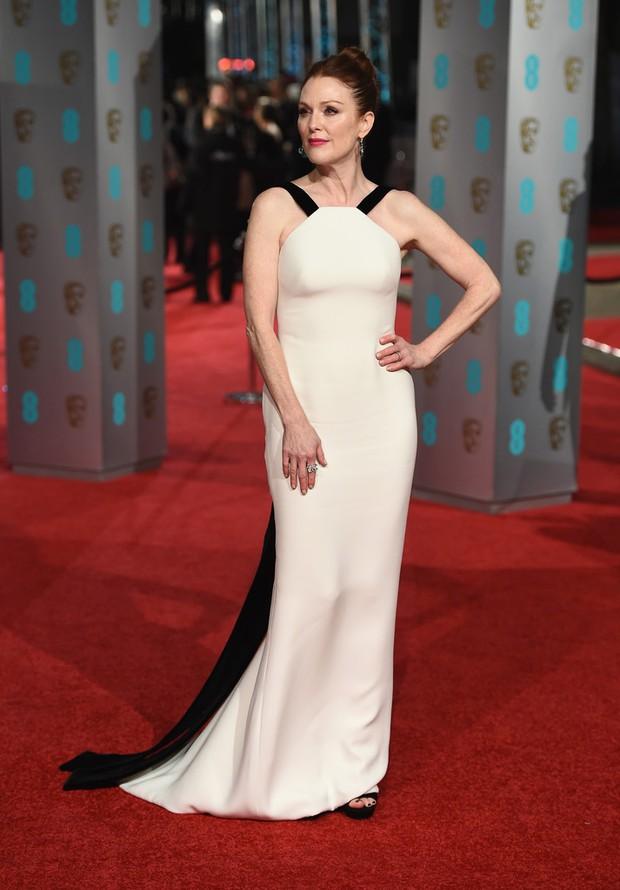Loạt mỹ nhân Hollywood diện váy trễ nải khoe vòng 1 trên thảm đỏ Oscar Anh Quốc - Ảnh 16.