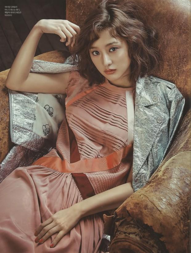 Park Shin Hye đẹp ma mị với suối tóc dài không tưởng, Shin Min Ah sành điệu trên tạp chí - Ảnh 16.
