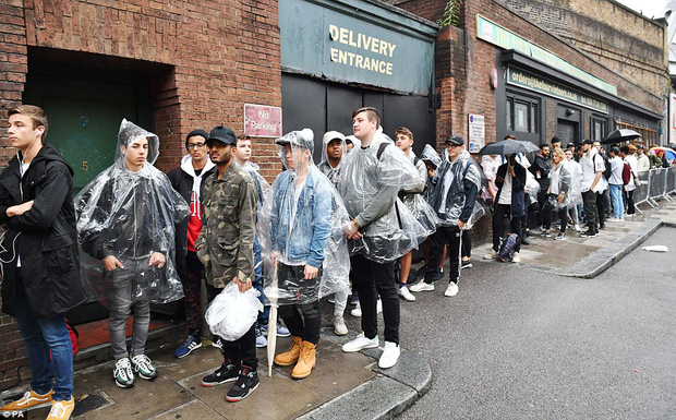 Fan khắp thế giới xếp hàng 15 tiếng, bất chấp mưa gió để mua đồ Kanye West thiết kế - Ảnh 1.