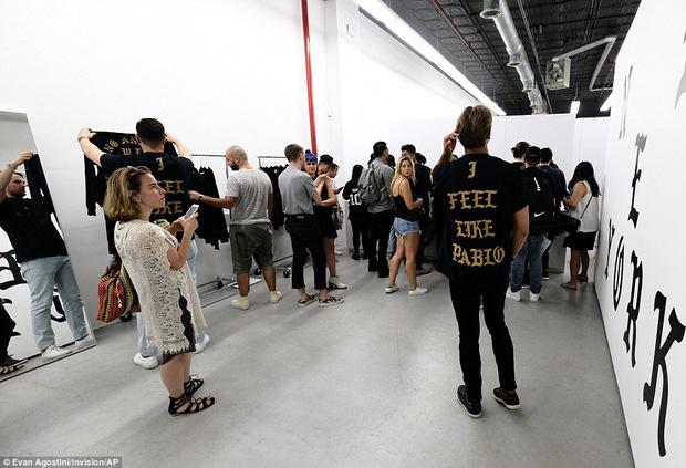 Fan khắp thế giới xếp hàng 15 tiếng, bất chấp mưa gió để mua đồ Kanye West thiết kế - Ảnh 14.