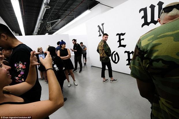 Fan khắp thế giới xếp hàng 15 tiếng, bất chấp mưa gió để mua đồ Kanye West thiết kế - Ảnh 17.