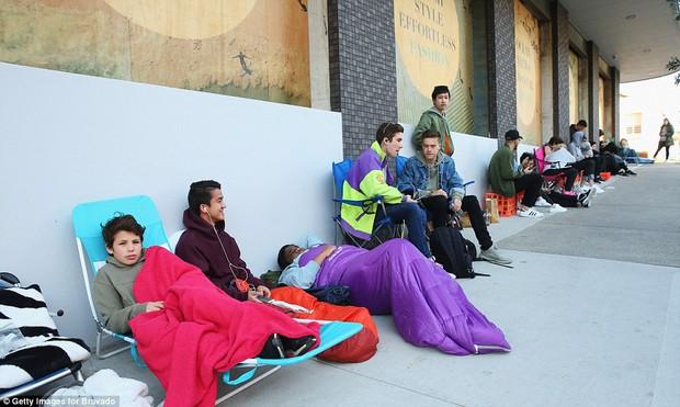 Fan khắp thế giới xếp hàng 15 tiếng, bất chấp mưa gió để mua đồ Kanye West thiết kế - Ảnh 5.