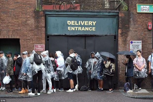 Fan khắp thế giới xếp hàng 15 tiếng, bất chấp mưa gió để mua đồ Kanye West thiết kế - Ảnh 7.