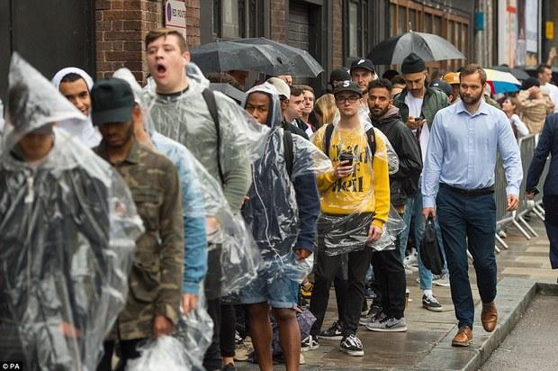 Fan khắp thế giới xếp hàng 15 tiếng, bất chấp mưa gió để mua đồ Kanye West thiết kế - Ảnh 4.