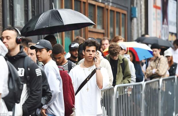Fan khắp thế giới xếp hàng 15 tiếng, bất chấp mưa gió để mua đồ Kanye West thiết kế - Ảnh 2.