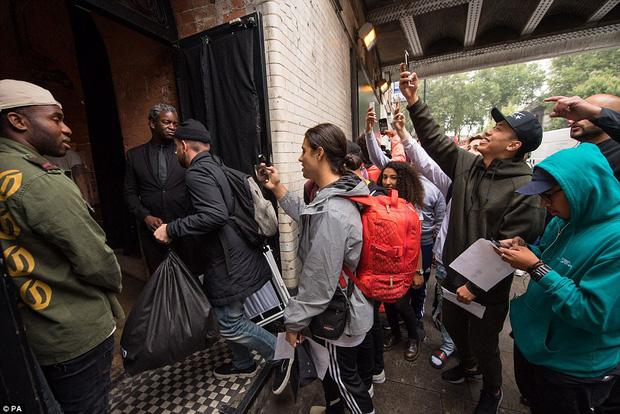 Fan khắp thế giới xếp hàng 15 tiếng, bất chấp mưa gió để mua đồ Kanye West thiết kế - Ảnh 6.