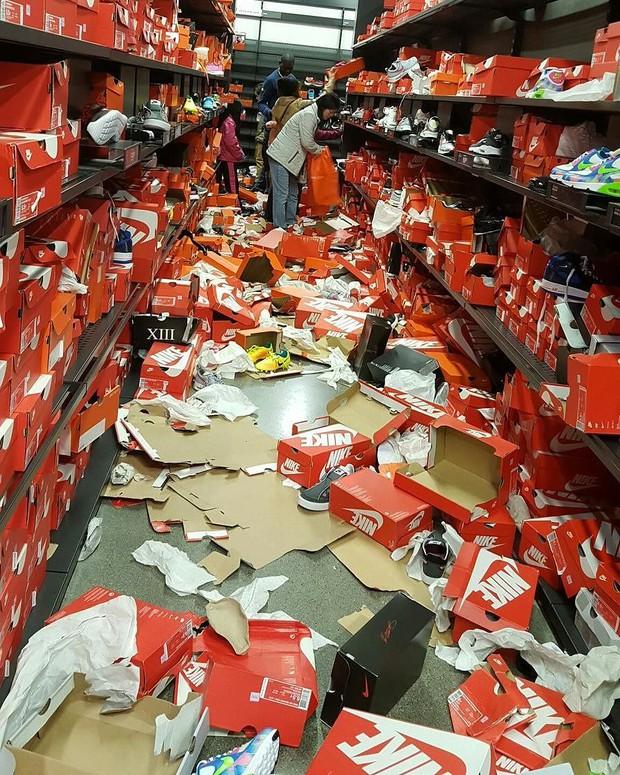 Cửa hàng Nike ở Mỹ bị bới tung, như vừa trải qua một trận động đất trong ngày Black Friday - Ảnh 3.