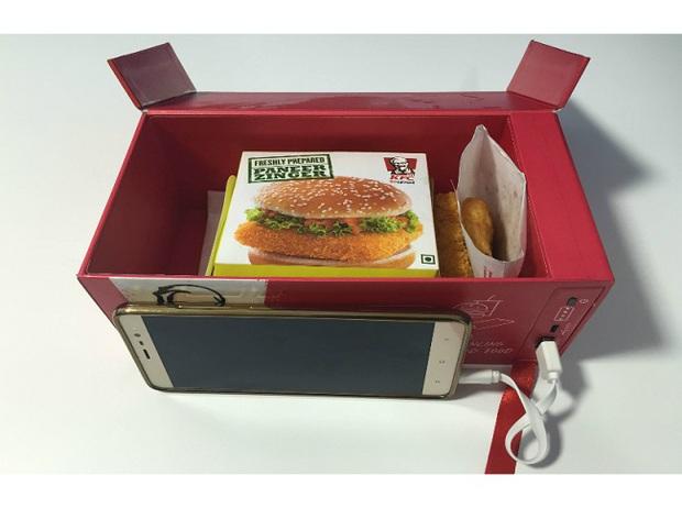 Không lo hết pin điện thoại với suất ăn đặc biệt từ KFC - Ảnh 5.