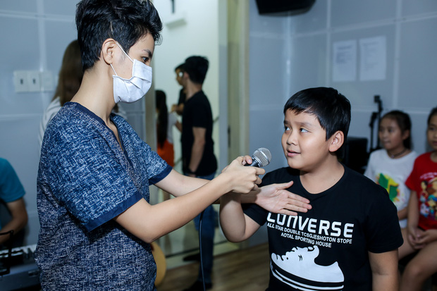 Đông Nhi ân cần bóp vai cho Ông Cao Thắng khi tập cùng team The Voice Kids - Ảnh 10.