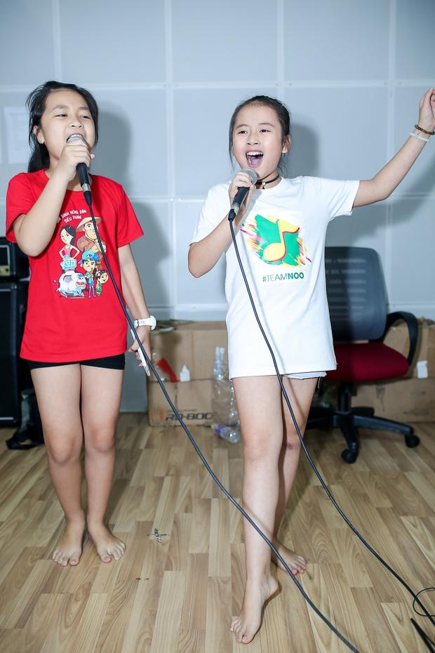 Đông Nhi ân cần bóp vai cho Ông Cao Thắng khi tập cùng team The Voice Kids - Ảnh 7.
