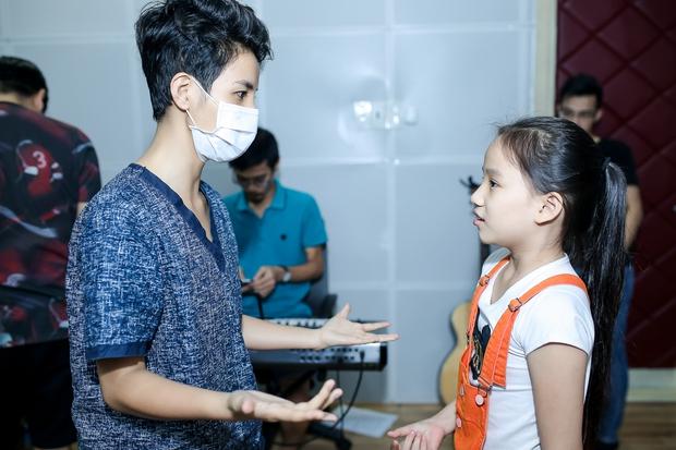 Đông Nhi ân cần bóp vai cho Ông Cao Thắng khi tập cùng team The Voice Kids - Ảnh 9.