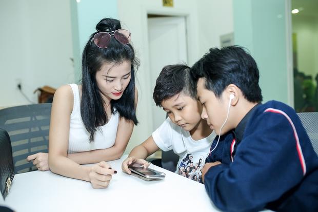 Đông Nhi ân cần bóp vai cho Ông Cao Thắng khi tập cùng team The Voice Kids - Ảnh 6.