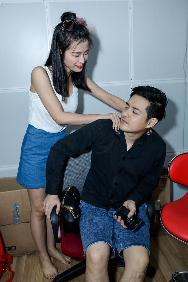 Đông Nhi ân cần bóp vai cho Ông Cao Thắng khi tập cùng team The Voice Kids - Ảnh 1.