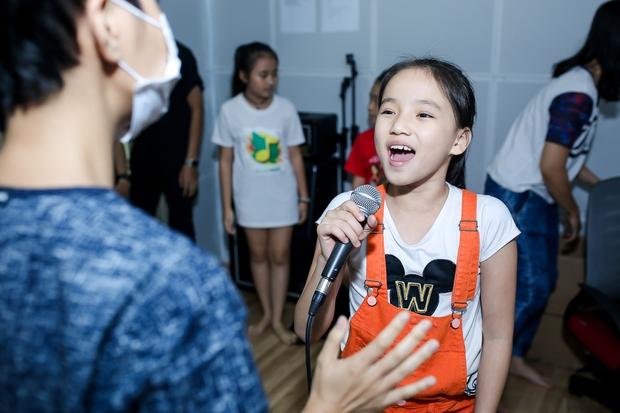 Đông Nhi ân cần bóp vai cho Ông Cao Thắng khi tập cùng team The Voice Kids - Ảnh 8.