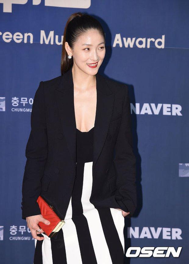 Seohyun (SNSD) đọ sắc nóng bỏng cùng đàn chị, Junsu bị chê vì tóc xù mì trên thảm đỏ nhạc kịch - Ảnh 17.