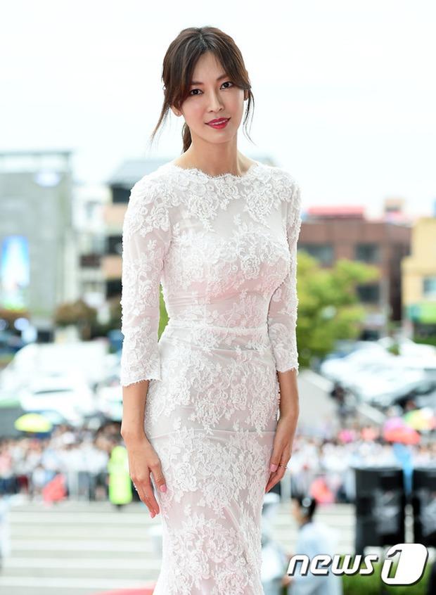 Thảm đỏ Oscar Hàn Quốc: Mỹ nhân đua nhau khoe vòng một, tân Hoa hậu - Á hậu bị chê kém sắc - Ảnh 5.