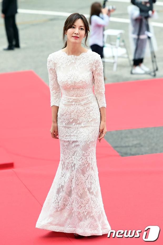 Thảm đỏ Oscar Hàn Quốc: Mỹ nhân đua nhau khoe vòng một, tân Hoa hậu - Á hậu bị chê kém sắc - Ảnh 4.