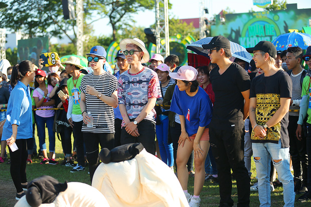 Sơn Tùng M-TP, Soobin Hoàng Sơn ăn vội bánh ngọt cứu đói trước đêm nhạc sinh viên - Ảnh 24.
